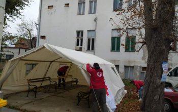 Šatori u funkciji privremene čekaonice postavlјeni ispred kovid ambulanti